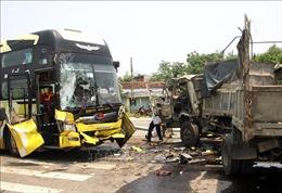 Va chạm giữa xe tải và xe khách, nữ tài xế bị thương, nhiều người hoảng loạn