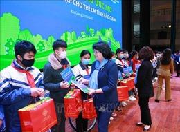 Phó Chủ tịch nước Đặng Thị Ngọc Thịnh thăm và tặng quà tại Bắc Giang