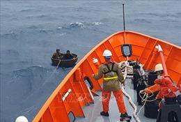 Đưa hai thuyền viên bị nạn trên vùng biển Quảng Nam về bờ an toàn