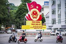 Đường phố Hòa Bình rực rỡ cờ hoa chào mừng ngày bầu cử