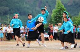 Về Bình Liêu xem các cô gái dân tộc Sán Chỉ mặc váy đá bóng