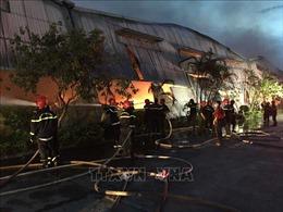 Tích cực khống chế đám cháy công ty dệt may ở Khu công nghiệp Phú Bài