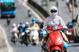 Người dân Thủ đô chống chọi với nắng nóng gay gắt