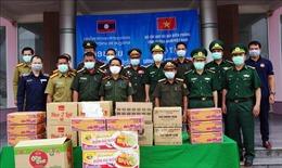 Tặng lương thực, thiết bị y tế cho lực lượng bảo vệ biên giới của Lào