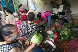 Người dân Hà Nội vẫn chen chúc tại chợ cóc