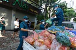 Chăm lo cho đời sống người dân bị phong tỏa tại phường Giáp Bát, Hà Nội