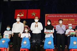 Trao tặng máy tính hỗ trợ học sinh dân tộc Chăm, Khmer học trực tuyến