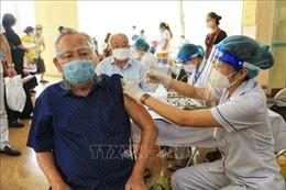 Tiêm vaccine cho những người có bệnh lý nền tại quận Thanh Xuân
