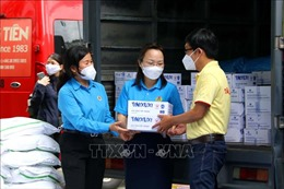 TPHồ Chí Minh trao tặng túi quà an sinh cho người lao động trở lại làm việc