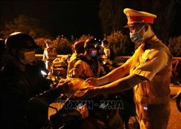 Công an Thủ đô vừa phòng, chống dịch, vừa hỗ trợ người dân từ miền Nam di chuyển qua thành phố