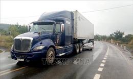 Ô tô 4 chỗ lao vào gầm xe đầu kéo, 2 người tử vong