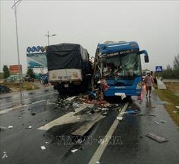 Ô tô đâm liên hoàn ở Quảng Bình, nhiều người nhập viện cấp cứu
