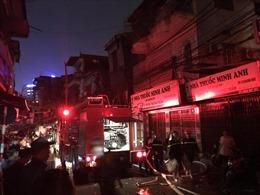 Hàng chục lượt xe cứu hỏa tham gia khống chế vụ cháy trên phố Đê La Thành, Hà Nội