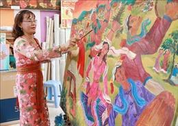 Nữ họa sĩ người Chăm gửi gắm tình yêu với văn hóa dân tộc vào tranh vẽ