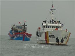 Quảng Bình: Lai dắt thành công tàu cá cùng 19 ngư dân vào bờ an toàn