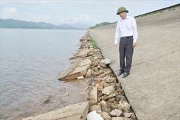Sạt lở chân đập, nguy cơ gây mất an toàn hồ Kẻ Gỗ
