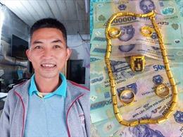 Ngồi chờ xe buýt phát hiện nhiều tiền, vàng bị bỏ quên, thầy giáo bắt xe ôm đuổi theo trả lại