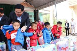 Phó Thủ tướng Vương Đình Huệ trao áo ấm cho trẻ em nghèo Hòa Bình