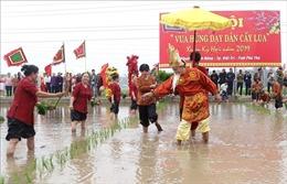 Tái hiện sống động cảnh Vua Hùng dạy dân cấy lúa