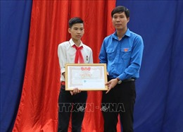 Trao huy hiệu 'Tuổi trẻ dũng cảm' cho học sinh cứu 3 bạn đuối nước ở Thanh Hoá