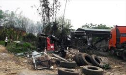 Đốt rác gây cháy lan sang xưởng sửa chữa, 2 ô tô bị thiêu rụi