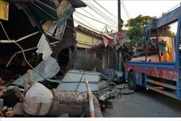 Xe container lao vào bốn nhà dân ven Quốc lộ 10
