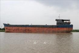 Tàu thủy quá khổ đâm va rồi mắc kẹt tại gầm cầu An Thái (Hải Dương)