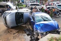 Ô tô 'điên' vượt đèn đỏ, tông 5 xe máy và khiến 1 ô tô khác lật nghiêng
