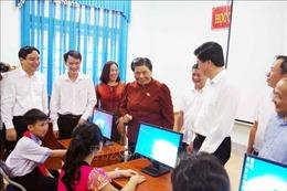 Phó Chủ tịch Quốc hội Tòng Thị Phóng thăm và tặng quà giáo viên, học sinh ở Con Cuông