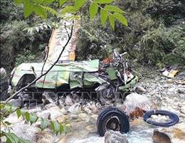 Xe buýt mất lái đâm vào vách đá, ít nhất 17 người thiệt mạng