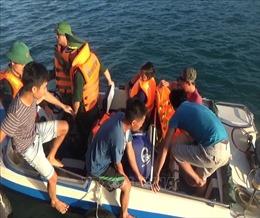 Đưa 6 thuyền viên bị chìm tàu vào bờ an toàn