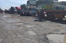Mất an toàn giao thông vì 'ổ voi' trên đường DT743