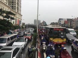 Mưa vào đúng giờ đi làm, nhiều tuyến đường Hà Nội ngập sâu, ách tắc