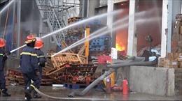 Nỗ lực khống chế vụ cháy kho hàng trong Khu công nghiệp Sóng Thần 1