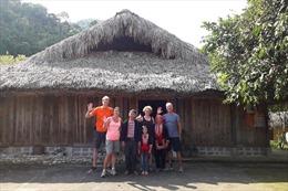 Thanh niên Dao Đỏ làm du lịch cộng đồng