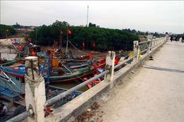 Nguy hiểm hàng chục tàu, thuyền giằng néo dưới chân cầu Diễn Kim