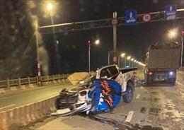 Xe bán tải đâm vào dải phân cách trên cầu Vĩnh Tuy khiến một người tử vong