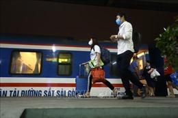 Tàu lăn bánh tại ga Hà Nội trong đêm đầu tiên nới lỏng giãn cách xã hội