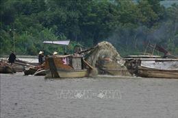 Khai thác cát trái phép trên sông Bồ diễn biến phức tạp, gây sạt lở nghiêm trọng