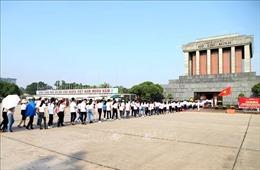 Phục vụ nhân dân vào Lăng viếng Bác nhân dịp kỷ niệm 130 năm Ngày sinh của Người