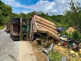 Hai xe container nông sản liên tiếp 'phơi bụng' trên Quốc lộ 279