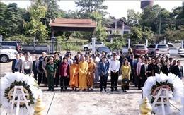 Dâng hương tưởng niệm các anh hùng liệt sỹ tại khu di tích Ban Keun (Lào)