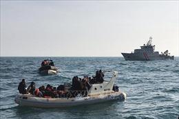 Anh ngăn chặn các thuyền chở người di cư bất hợp pháp qua biển Manche