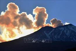 Núi lửa Etna 'thức giấc', phun tro bụi khắp đảo Sicily, Italy