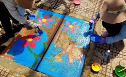 Truyền thông điệp bảo vệ môi trường qua tranh vẽ trên nắp cống, cột điện