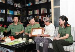 Trao Kỷ niệm chương 'Bảo vệ an ninh Tổ quốc' tặng NSND Trọng Bằng và nhạc sỹ Phạm Tuyên
