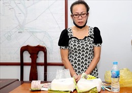 Bắt quả tang một phụ nữ vận chuyển 2 kg ma túy đá