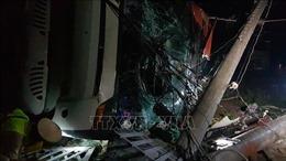 Lật xe khách giường nằm trong đêm, khoảng 10 hành khách bị thương
