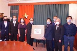 Hỗ trợ khẩu trang y tế cho cộng đồng người Việt tại Séc chống COVID-19