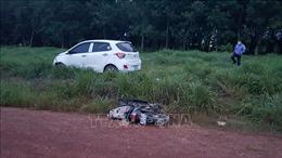Ô tô đâm vào xe máy khiến ba cha con bị thương vong